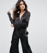 Top corto con diseño escotado y detalle de cinturón anudado de Lioness