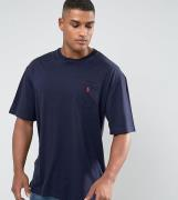 Camiseta en azul marino con cuello redondo y logo de jugador Big & Tal...