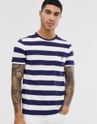 Camiseta con bolsillo a rayas anchas y logo de jugador en azul marino/...