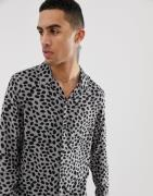 Camisa con cuello con solapas en beis con estampado de guepardo de All...